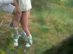 Nenasytnaja parochka trahaetsja stoja na lesnoj poljanke