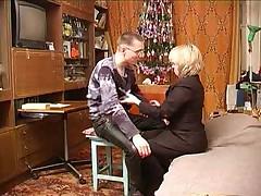 Русская дама в возрасте со школьником