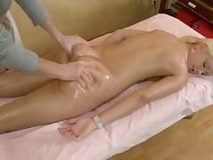 Russkaja blonda poluchila rasslabljajuwij massazh