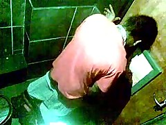 Скрытая камера в туалете ночного клуба