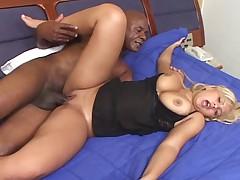 Сексуальная блондинка из Бразилии с большими сосками и сиськами