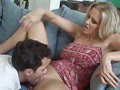 Сочная мамаша блондинка трахается