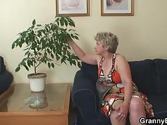 Staraja hozjajka soblaznila molodogo neznakomca